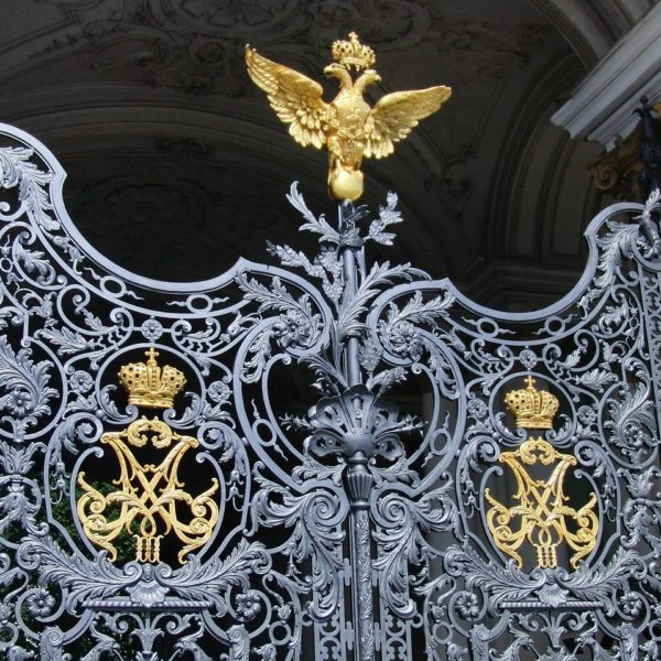 Shore excursion in St. Petersburg: Decorative Iron Gate at the Winter Palace
