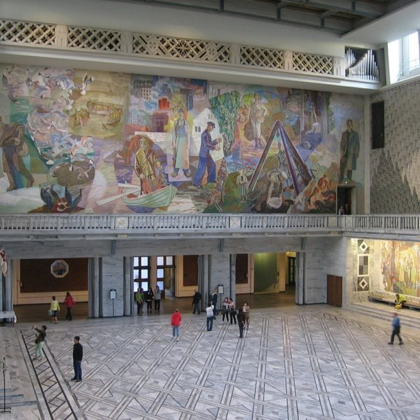 Shore excursion in Oslo: The entrance hall of the Oslo City Hall is well worth seeing for visitors.